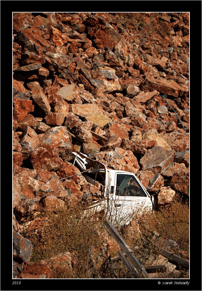Samochód przysypany skałami