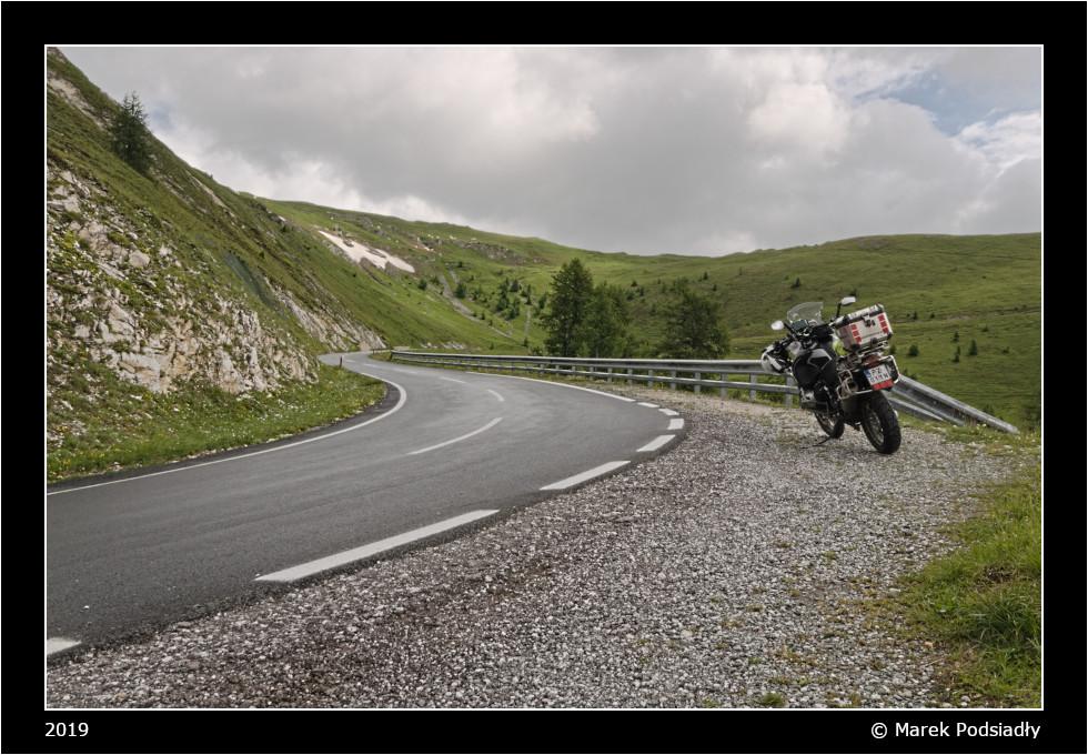 Motocykl zaparkowany przy drodze