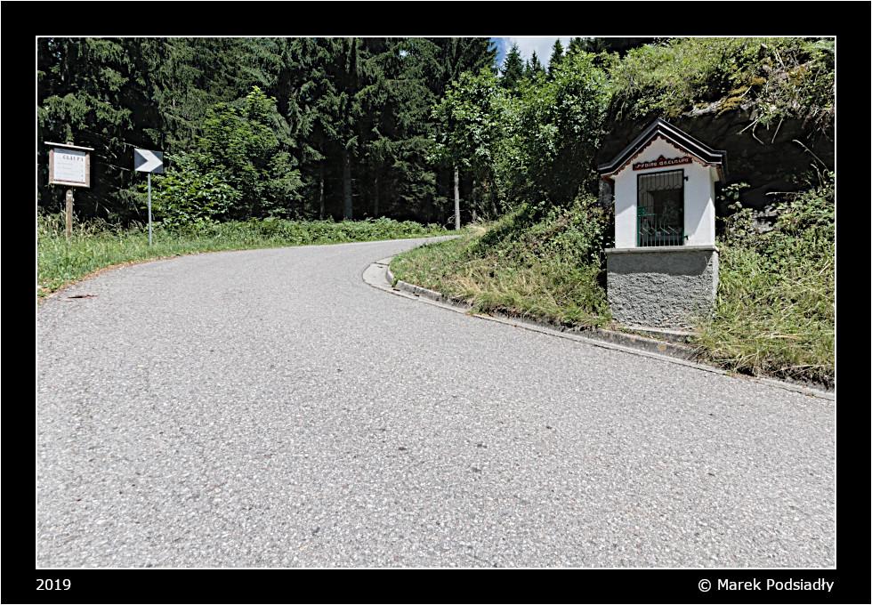 Kapliczka na zakręcie drogi